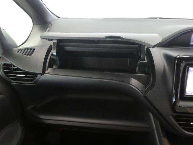 運転席・助手席周辺の収納スペースも充実しています。