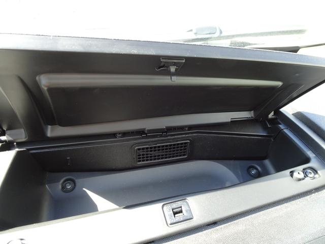 助手席前のダッシュボード上部にはエアコンの風を使っての簡易保冷庫!