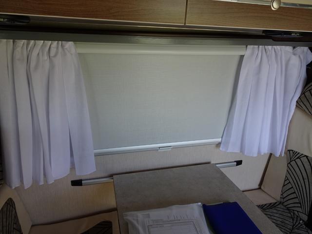 サイドの窓にはブラインドや網戸も装備!