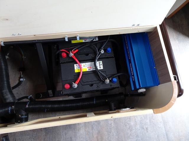 ソファー下にサブバッテリーを2個搭載!
