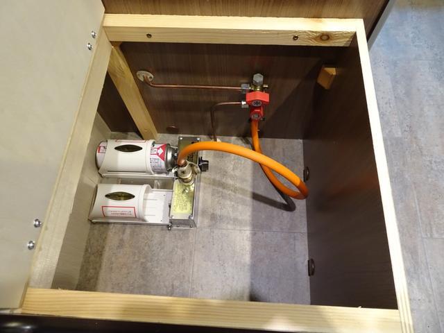 ガスコンロ用ガスボンベは1人掛けソファの中にカセットコンロタイプを設置!