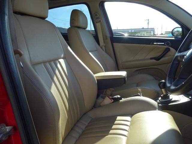 運転席周りはオーナー様を楽しいドライブへと導いてくれます。