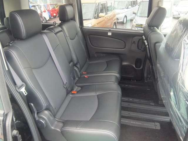 後席でも膝前スペースはしっかり確保。大人でもゆったり寛げます。