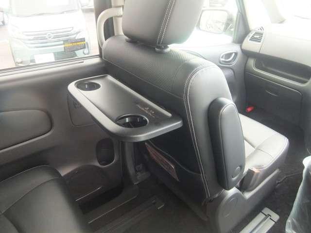 運転席と助手席のシート背中にセカンドシート用のドリンクホルダー付きテーブルがあります。これ、便利です。