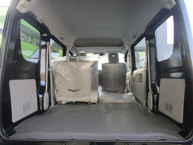 ラゲッジルームは広く、シートは片側ずつ倒せます!運転席助手席の上側に収納スペースもございます!