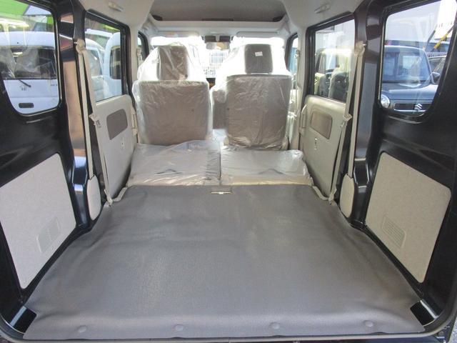 後席シートを倒すことでフラットで広いスペースを確保できます!