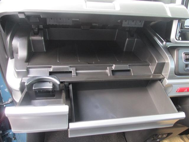 助手席側の収納スペースです!ティッシュボックスやドリンクホルダーなど使い道がございます!
