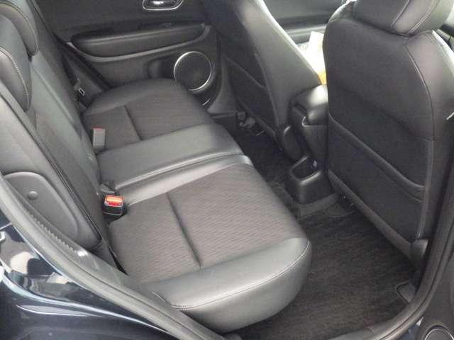 ★リアシート★サイズ感以上に感じる後席のゆとり!ひざまわり、頭上にもしっかりとゆとりがありますので、後部座席でも快適なドライブがお楽しみいただけると思います☆