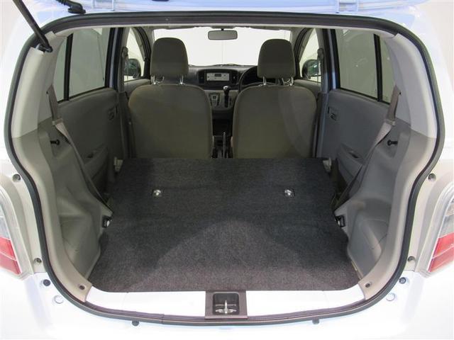 リヤシートをたたむと平らなスペースになります。
