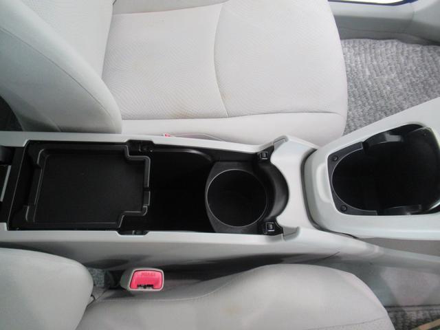センターコンソールにはカップホルダーと小物入れがあります。