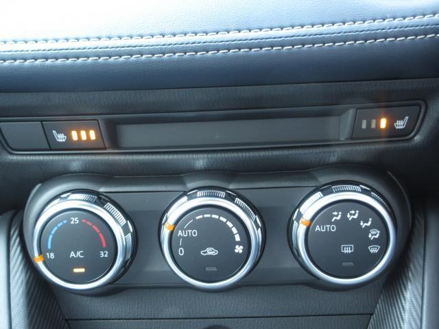 運転席・助手席にシートヒーター搭載です。フルオートエアコンはマニュアルエアコンよりも細かい設定も出来ますし設定しておけば自動で調整してくれる優れものです。