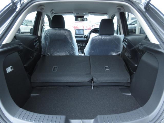後席を倒せばかなり広くなります。MAZDA2ですと段差は出来ますが沢山の荷物を積載可能です。