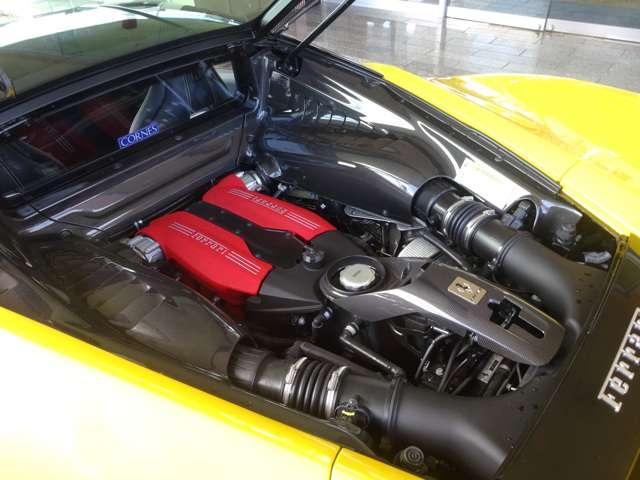 ◆カーボンファイバーエンジンカバー ◆3.9L V型8気筒DOHCエンジン+ターボ ◆670ps/8,000 rpm:77,5kgm/3,000rpm(カタログ値)