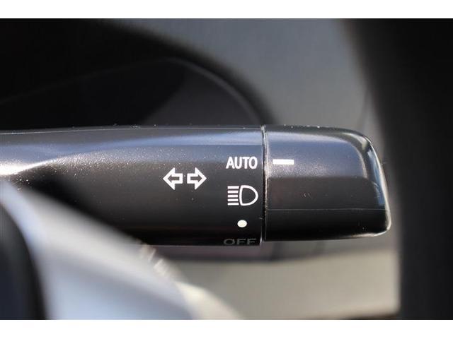 周囲の明るさを感知してヘッドライトを自動で点灯する機能です。スイッチ操作を必要としないのがメリットです。エンジンを切ると自動消灯するので、ライトの消し忘れの防止にもつながります。