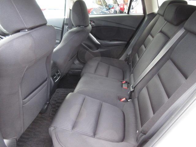 後部座席も広々スペースです。大きな座面でリクライニング無しでも、ゆったりロングドライブをお楽しみ頂けます