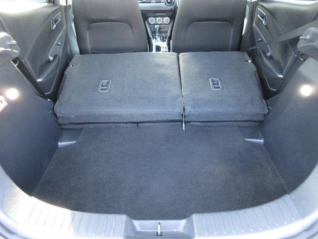 後席の背もたれを左右とも前に倒せば、広い荷室になります。