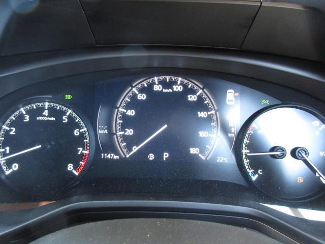 ドライバーを中心とし、「左右対称」を意識してデザインされたメーターパネル。ドライバーへ中心軸を意識させ、「どこまでも走っていきたい」と思わせてくれるデザインです。