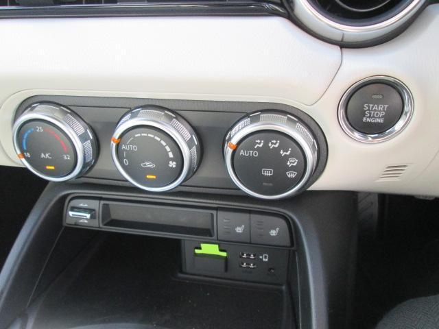 余計な操作の手間が無いフルオートエアコン。視線の移動や手を動かす必要がないということは、安全装備のひとつとも言えるでしょう。