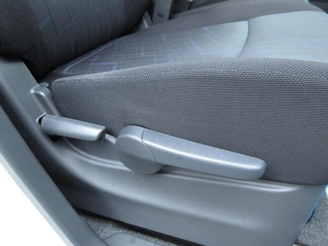 運転席は足元が広く大柄な方でも運転しやすいですよ!