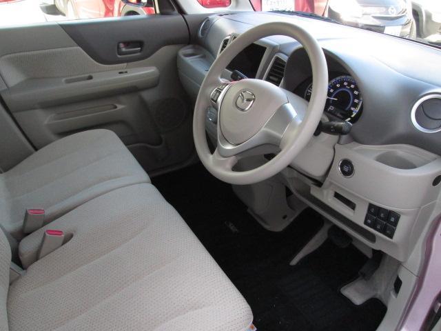 フロントシートは左右がつながったベンチ形状です。中央にはアームレストも装備されており、快適にお使いいただけます