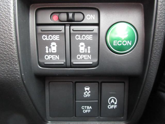 運転席からもスライドドアの開閉ができます!また燃費に貢献するアイドリングストップ機能も装備しております!