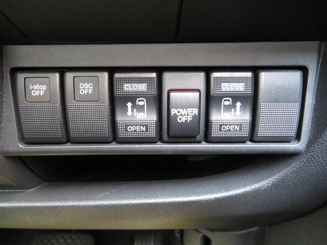【両側電動スライドドア】です。小さいお子様やご年配のかたも、簡単にドアの開閉ができます。また、左右の行き来やスペースの少ないところでも安心して乗降ができるので便利です