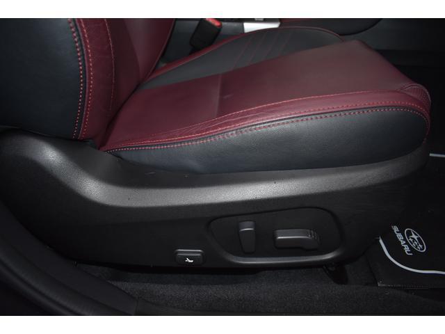 運転席はシートの前後、高低と、膝元の上げ下げ、リクライニング、電動で微調整可能です。お好みのポジションに。
