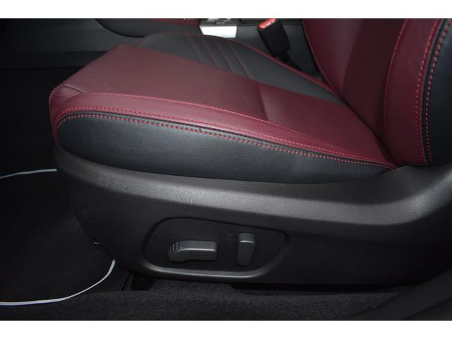助手席はシートの前後、高低と、膝元の上げ下げ、リクライニング、電動で微調整可能です。お好みのポジションに。