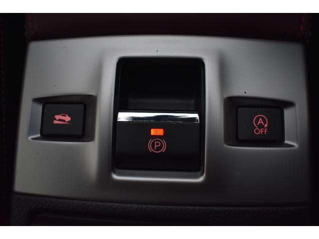 スイッチで作動・解除が可能で発進時、アクセルを踏むだけで解除できる電動パーキングブレーキを装備しております。