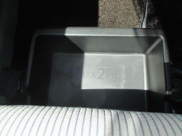 助手席シートの座椅子の下にシートアンダーボックスがあり、収納に便利です。