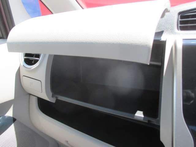 ダッシュボード助手席側上部にインストアッパーボックスがあり、収納に便利です。