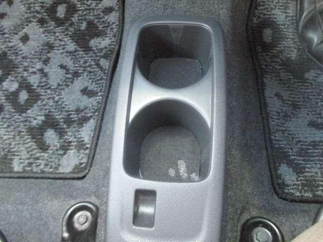 ロングドライブには欠かせない、カップホルダー!お好みの飲み物を置くことができます。また、小物入れとしてもお使い頂けます!