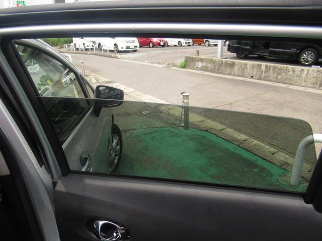 外から車内が見えにくいプライバシーガラス付きです、エアコンの効きもバッチリ!
