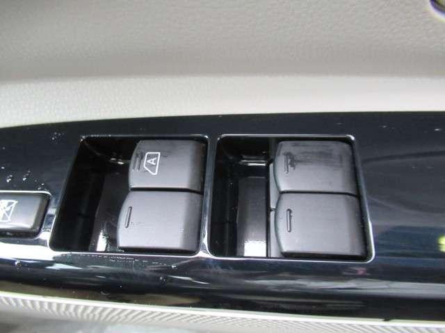 パワーウインドースイッチです。運転席はオート機能付きです。