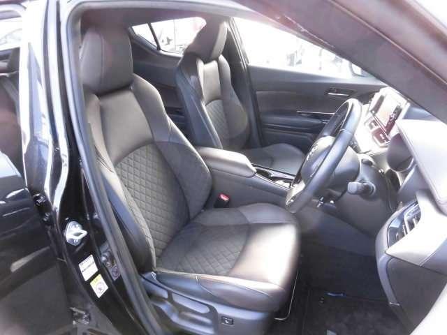 革とファブリックのコンビ表皮のシートは、体をしっかり支えるデザインを採用しています。前席は、シートヒーターを内蔵しています。
