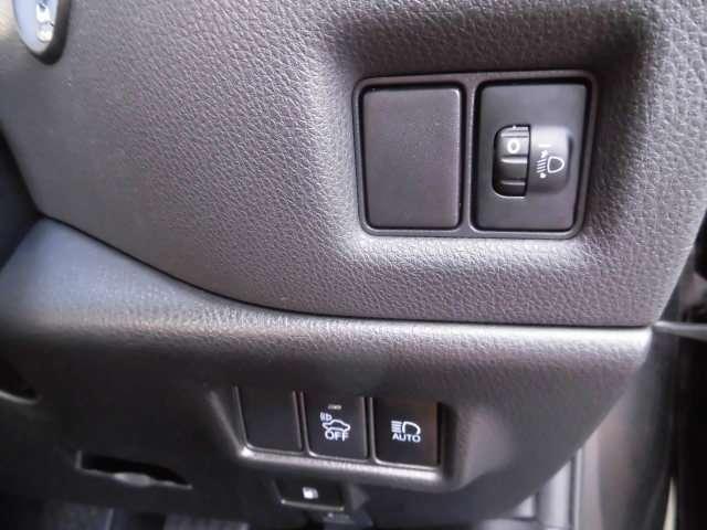 運転席右奥には、ヘッドライト光軸調整ダイヤルが付いています。つまり、ヘッドライトは、ハロゲン式です。