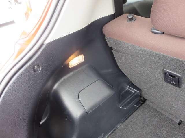 ◆リヤゲ-トを開けるとラゲッジル-ムのランプが点灯します。夜間の荷物の積み下ろしに大変便利です。