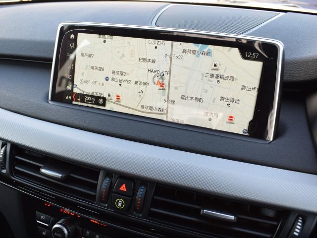 純正HDDナビゲーションでは大型ワイド液晶画面を採用。画面の見やすさは勿論、オーナーに代わって消耗品の管理など、車両のあらゆる情報を表示します。iドライブを中心に操作方法は安全かつ的確に操作可能です。