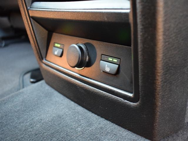 後部座席にもシートヒーターが装備され左右個別に温度調整が可能です。