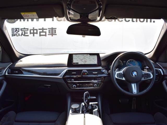 ドライバーが操ることを中心に、考え抜かれたレイアウトなので操作性は抜群です。ドライバー志向のデザインと素材のクオリティの高さがありつつもシンプルなインテリアにする事で卓越した品質を際立たせます。