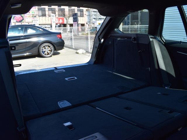 後席シートバックを倒すとフラットで大容量の荷室になります。お荷物の積載量にあわせて自由にシートアレンジして頂けます。長尺な荷物などの積み込みも対応できます。