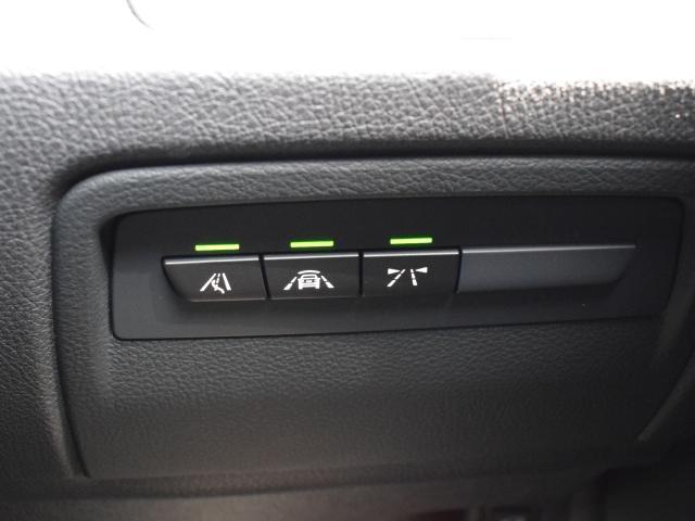 ドライビングアシストは、衝突軽減ブレーキと車線逸脱警告機能で安全運転をサポート。フロントウインドーに設置されたカメラを通して状況を判断し、ドライバーに注意喚起を行います。SOSコール機能も付いています