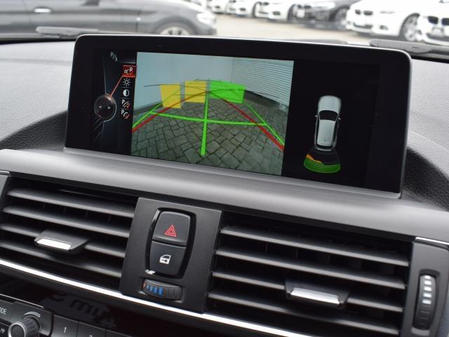 駐車する際は、パーキングヘルプラインと障害物マーク表示機能付のリアビューカメラがスマートな車庫入れをサポートします!障害物との距離を信号音と画面表示でお知らせするので安全かつ正確に駐車できます。