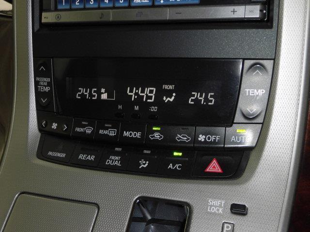 オートエアコン付きです。ボタンひとつで室内の温度調節が簡単にできます。いつも快適な車内空間です。