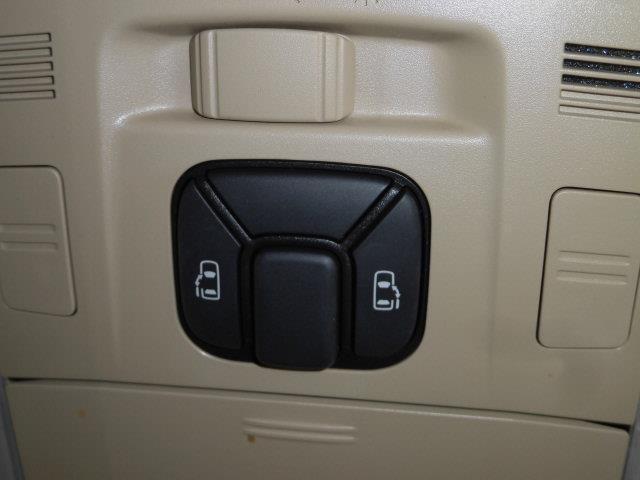 両側電動スライドドアです。小さいお子様やご年配のかたも、簡単にスライドドアが開閉できます。狭い駐車場での乗り降りも安心ですね。