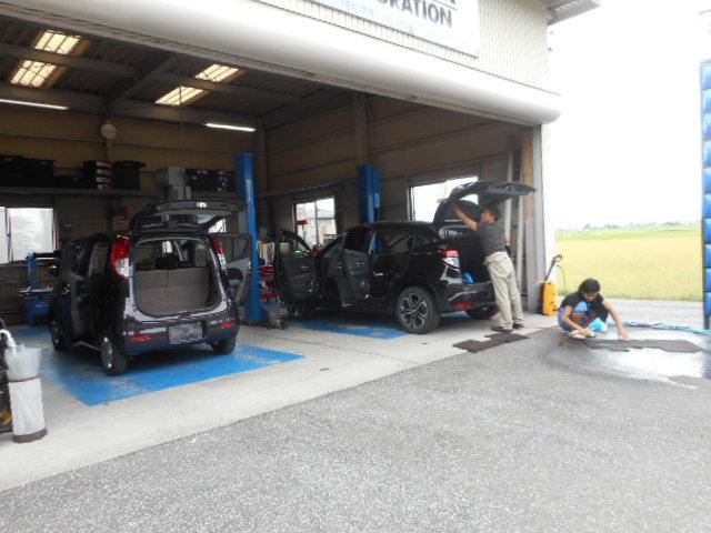こちらのピットで車検整備や納車点検整備を行っております。お車について気になる事があれば、どんな些細な事でもお気軽にお立ち寄りくださいね♪