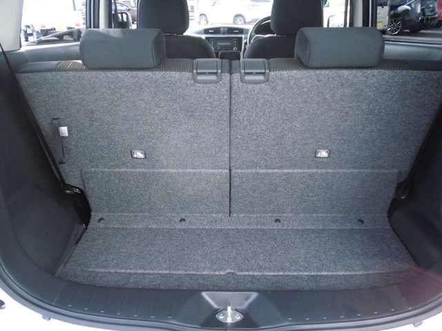 荷室スペースです。リヤシートを前に倒せば広いスペースになります。