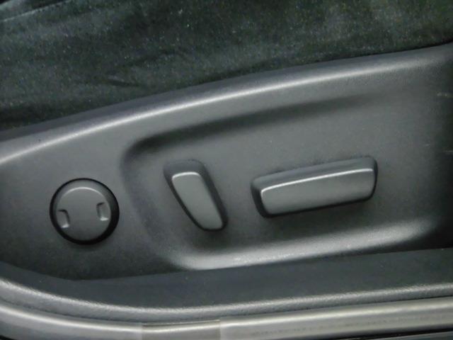 運転席はパワーシートになっていますのでどなたが乗ってもジャストフィットの位置に調整に調整することができます。