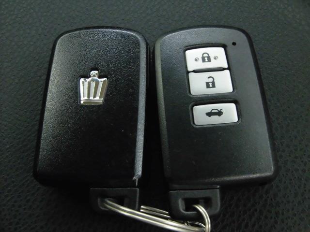 とっても便利なトランクオープナーリモコン付きスマートキーにはスペアも付いて万一の時でも安心です。