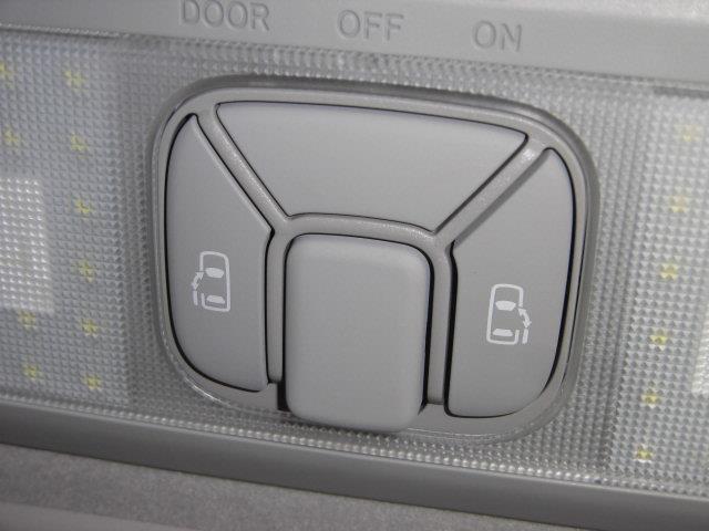室内で操作する左右のパワースライド開閉スイッチです。